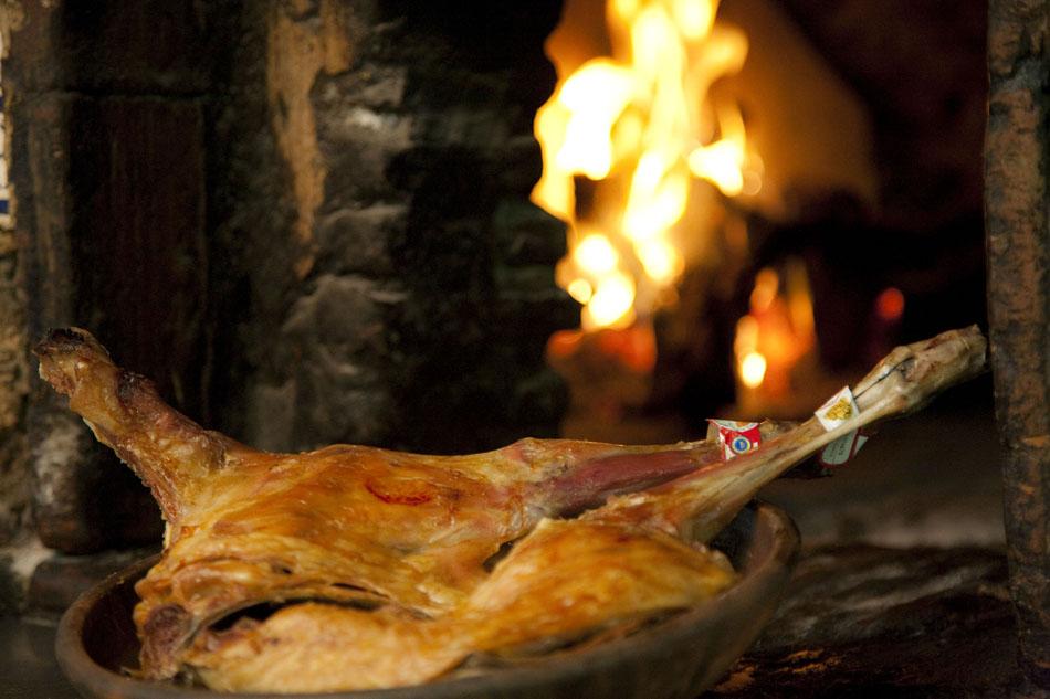 Cordero al horno de le a restaurante el rodeito - Hornos de lena tradicionales ...